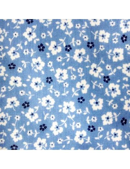 tissu blanc ciel avec des fleurs de myosotis bleu marine et blanches