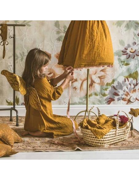 Petite fille jouant avec un couffin pour poupée